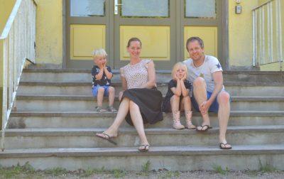 zweedsvakentiehuis familie op trap